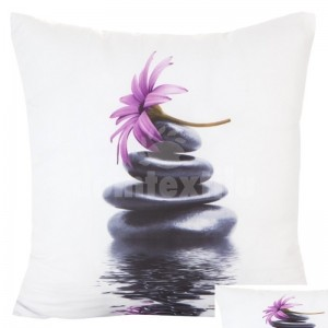 Biele obliečky na vankúš s čiernymi kameňmi a fialovým kvetom