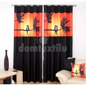 Čierny záves na okná s oranžovo-žltým obrázkom milencov na palme pri západe slnka