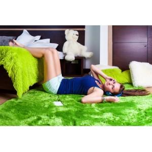 Kusový koberec plyšový v zelenej farbe