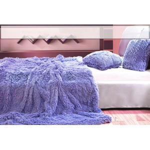 Chlpatá deka ako dekoratívna fialová prikrývka