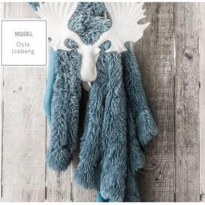 Chlpatá deka modrej farby v škandinávskom štýle