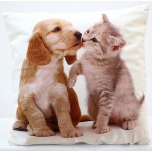 Biela ozdobná obliečka na vankúš so vzorom mačky a psa