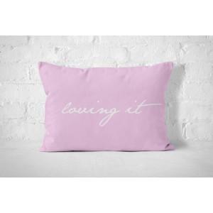 Ružová bavlnená obliečka na vankúš s bielym nápisom