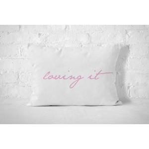 Biela obliečka na vankúš s ružovým nápisom