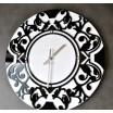 Biele nástenné hodiny s ornamentom