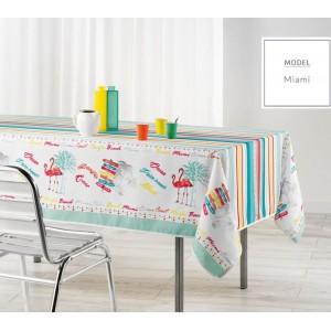 Biely dekoračný obrus na kuchynský stôl s motívom plameniaka