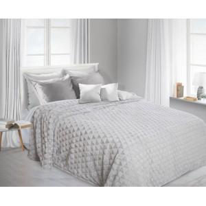 Chlpatá deka ako dekoratívna sivá prikrývka