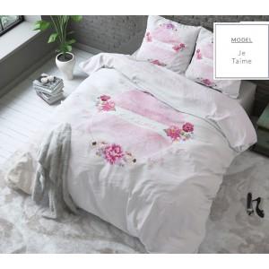 Biele posteľné obliečky s ružovými kvetmi a nápisom
