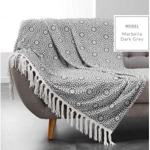 Dekoratívne deky v tmavo sivej farbe s potlačou