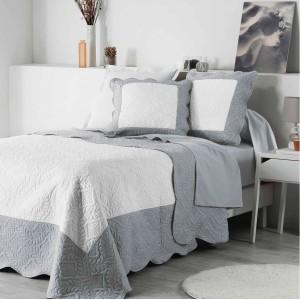 Sivo biele prehozy na posteľ s vlnitým okrajom