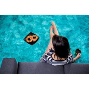 Moderný plyšový koberec modrej farby