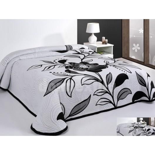 Luxusný obojstranný prehoz na posteľ biely s čiernymi kvetmi