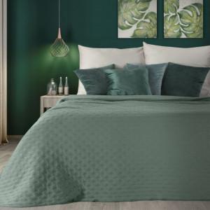 Zelený jednofarebný prehoz na posteľ