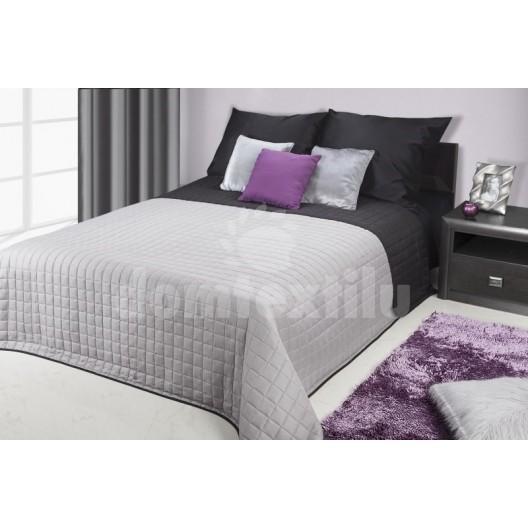 Sivo čierny obojstranný prehoz na postele s kockovaným vzorom