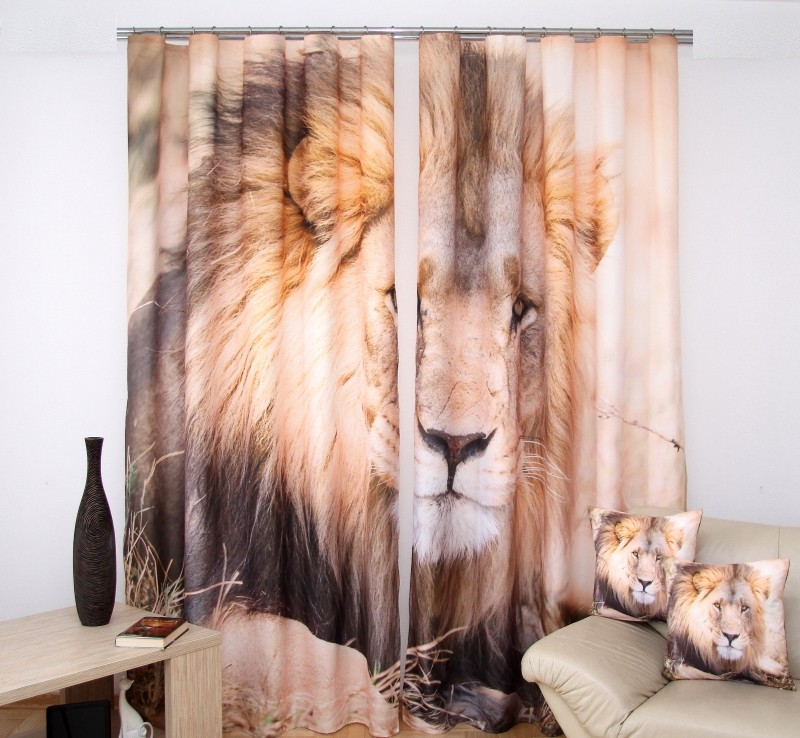 Béžové závesy do izby s obrázkom leva