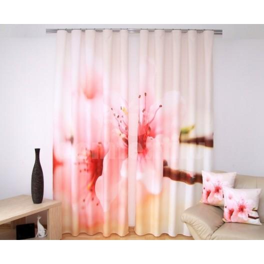 Biely záves na okná do izby s kvetmi čerešne