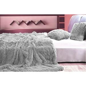 Deky ako chlpaté prehozy sivej farby na posteľ