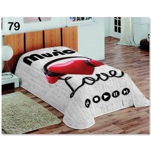 Denná prikrývka cez posteľ v sivej farbe so srdcom