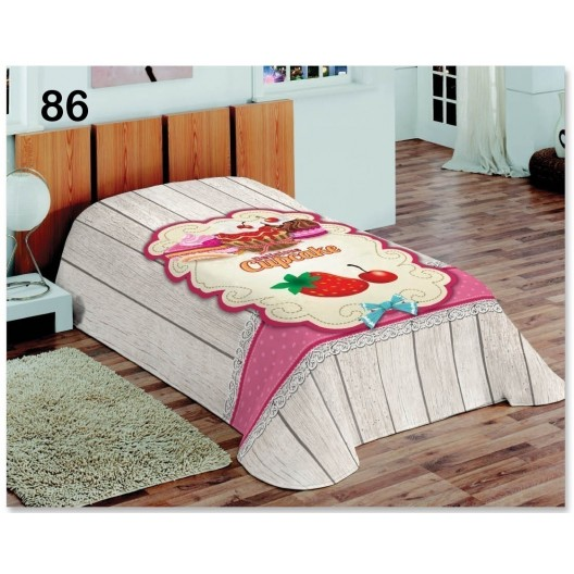 Denná prikrývka na posteľ sivo ružovej farby s jahodami