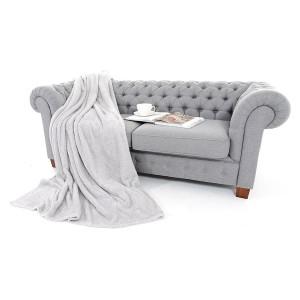 Hrejivé deky svetlosivej farby na gauč