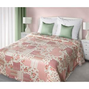 Krémovo ružové prehozy a posteľ patchwork s ružičkovým vzorom