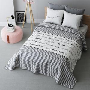 Pásikavý prehoz na posteľ s nápismi