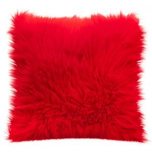 Moderné chlpaté obliečky v červenej farbe na vankúš