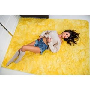 Plyšový koberec žltej farby
