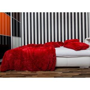 Chlpatá deka na posteľ červenej farby
