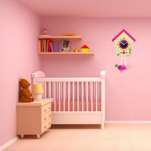 Ozdobné hodiny na stenu ružovej farby