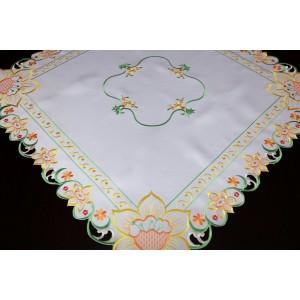 Obrus na stôl bielej farby s farebným prešitím