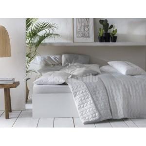 Elegantný prehoz na posteľ v bielej a sivej farbe