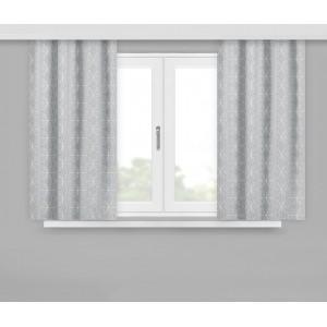 Moderné krátke závesy v sivej farbe so vzorom malých kociek