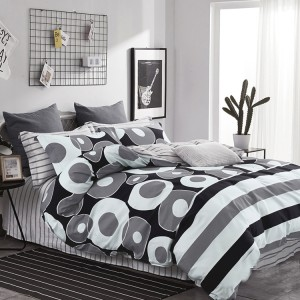 Originálna posteľná obliečka do spálne v bielo čiernej farbe s geometrickými útvarmi
