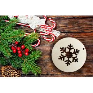 Drevená ozdoba na vianočný stromček v tvare gule