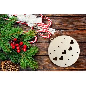 Drevená vianočná guľa so srdiečkami