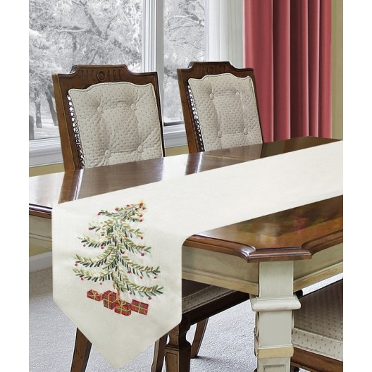 Biela vianočná štóla na stôl s veľkým vianočným stromčekom