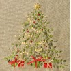 Vianočná štóla na stôl v béžovej farbe s vianočným stromčekom a červeným ornamentom na konci