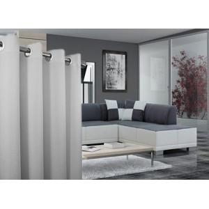 Svetlo sivé jednofarebné závesy do obývacej izby