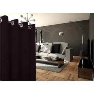 Tmavo hnedé jednoduché závesy do spálne