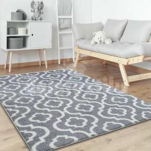 Sivý koberec do obývačky v škandinávskom štýle