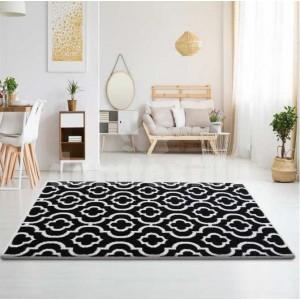 Kvalitný koberec v čiernej farbe s bielym ornamentom