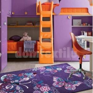 Mäkký fialový koberec s motýlikmi