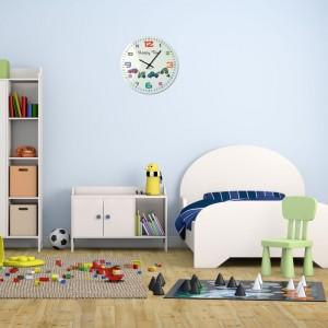Nástenné hodiny v bielej farbe do detskej izby z farebným ciferníkom