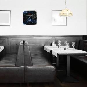 Moderné čierne hodiny na stenu s motívom šálky kávy