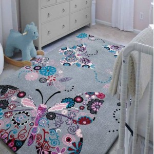 Krásny sivý koberec s motýľom
