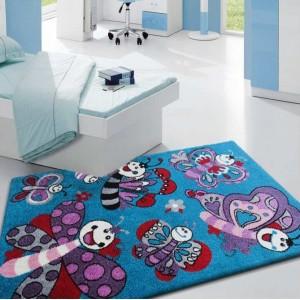 Detský tyrkysový koberec s kreslenými motýľmi