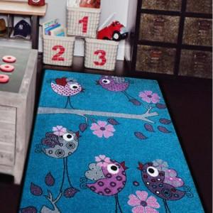Modrý detský koberec s fialovými vtáčikmi