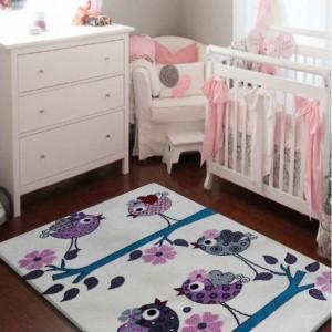 Krásny detský koberec krémový s fialovými vtáčikmi