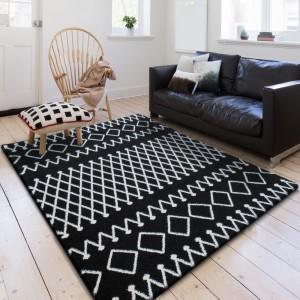 Čierny kusový koberec s bielym vzorom